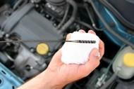Jak sprawdzić poziom oleju w silniku? Fot. Fotolia