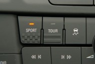 Opel Insignia po przejściu w tryb sportowy zaskakuje nas czerwienią podświetlenia zegarów, fot. moto.wieszjak.pl