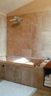 Zabudowa stanowi element aranżacyjny i może być miejscem na przybory do kąpieli